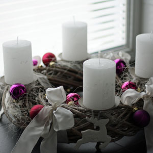 deko f r adventskr nze ideen f r den adventskranz 2017 in trendfarben. Black Bedroom Furniture Sets. Home Design Ideas